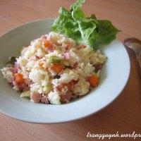 Cơm rang với jambon, cà rốt và dưa chuột muối