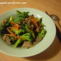 Thịt bò xào súp lơ xanh và cà rốt